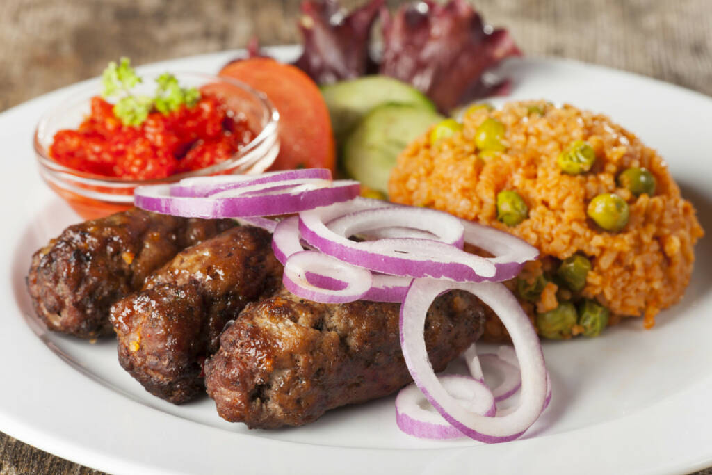 Cevapcici, Balkan, Faschiertes, Zwiebel, scharf, http://www.shutterstock.com/de/pic-166014854/stock-photo-cevapcici-with-rice-and-salad.html , © www.shutterstock.com (12.07.2014)