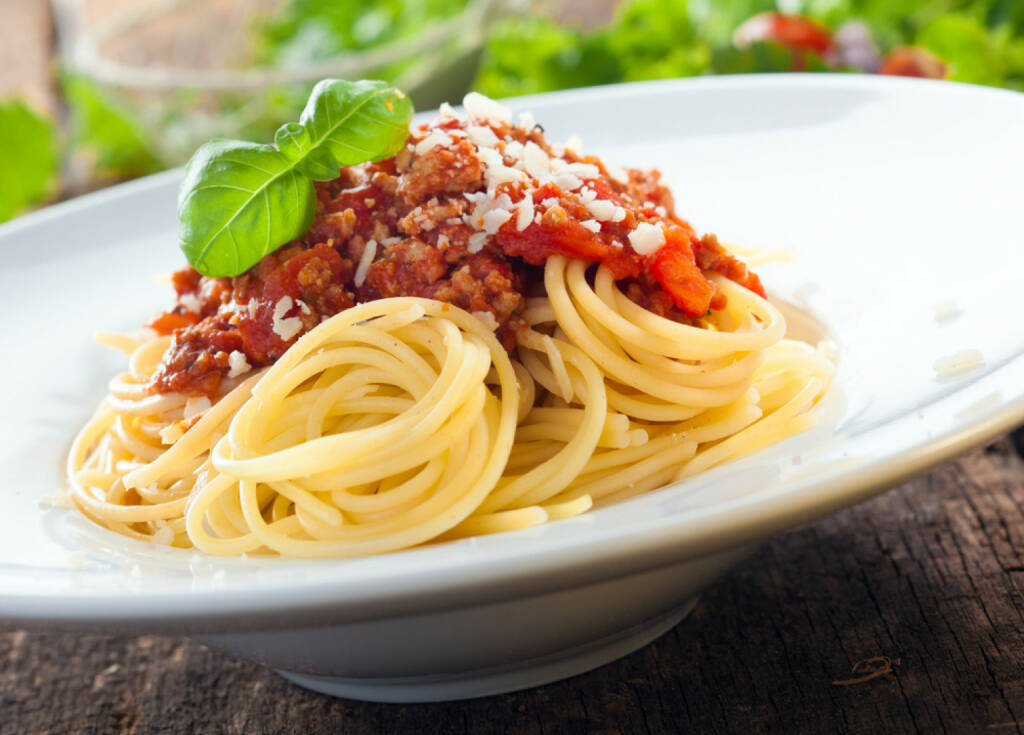 Spaghetti, Bolognese, Nudeln, food, Italien, http://www.shutterstock.com/de/pic-150165863/stock-photo-low-angle-view-of-a-serving-of-italian-spaghetti-with-a-meat-based-bolognese-or-bolognaise-sauce.html , © www.shutterstock.com (13.07.2014)