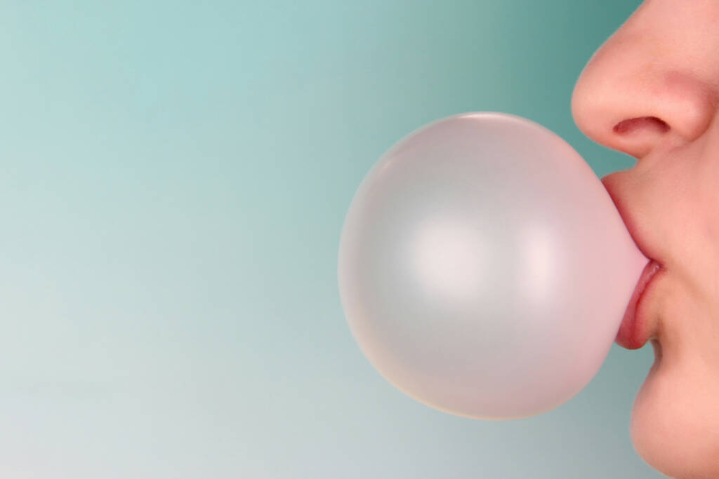 Kaugummi, Blase, platzen, http://www.shutterstock.com/de/pic-175508966/stock-photo-person-doing-bubble-with-chewing-gum-on-bright-background.html , © www.shutterstock.com (13.07.2014)