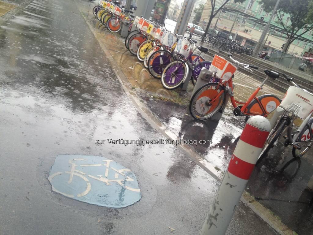 Fahrrad, Fahrräder im Regen, © diverse Handypics mit freundlicher Genehmigung von photaq.com-Freunden (14.07.2014)