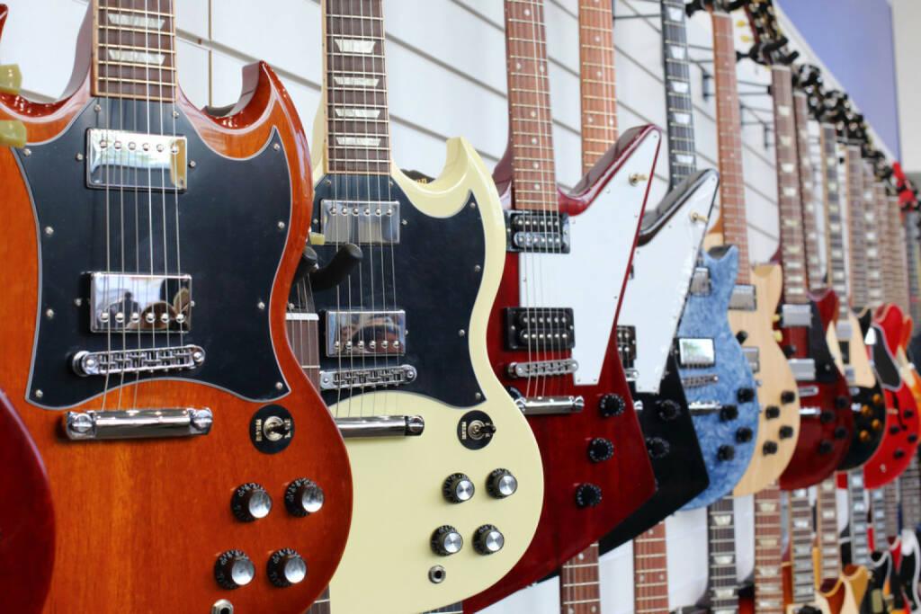 Gitarre, E-Gitarre, Musik, http://www.shutterstock.com/de/pic-141945250/stock-photo-many-electric-guitars-hanging-on-wall-in-the-shop.html , © www.shutterstock.com (14.07.2014)