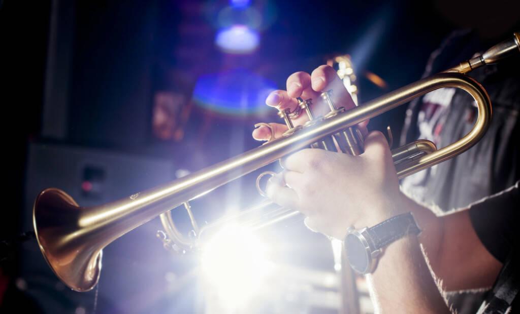 Trompete, blasen, Blech, Musik, Marsch, http://www.shutterstock.com/de/pic-165054524/stock-photo-trumpeter-in-a-nightclub.html , © www.shutterstock.com (14.07.2014)