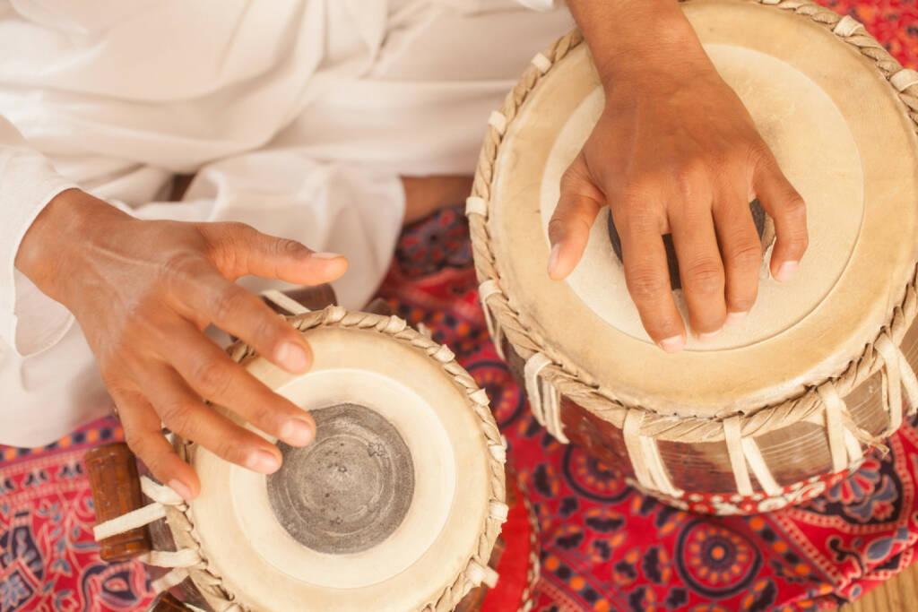 Trommel, Buschtrommel, Wirbel, laut, schlagen, http://www.shutterstock.com/de/pic-179252465/stock-photo-man-playing-on-traditional-indian-tabla-drums-close-up.html , © www.shutterstock.com (14.07.2014)