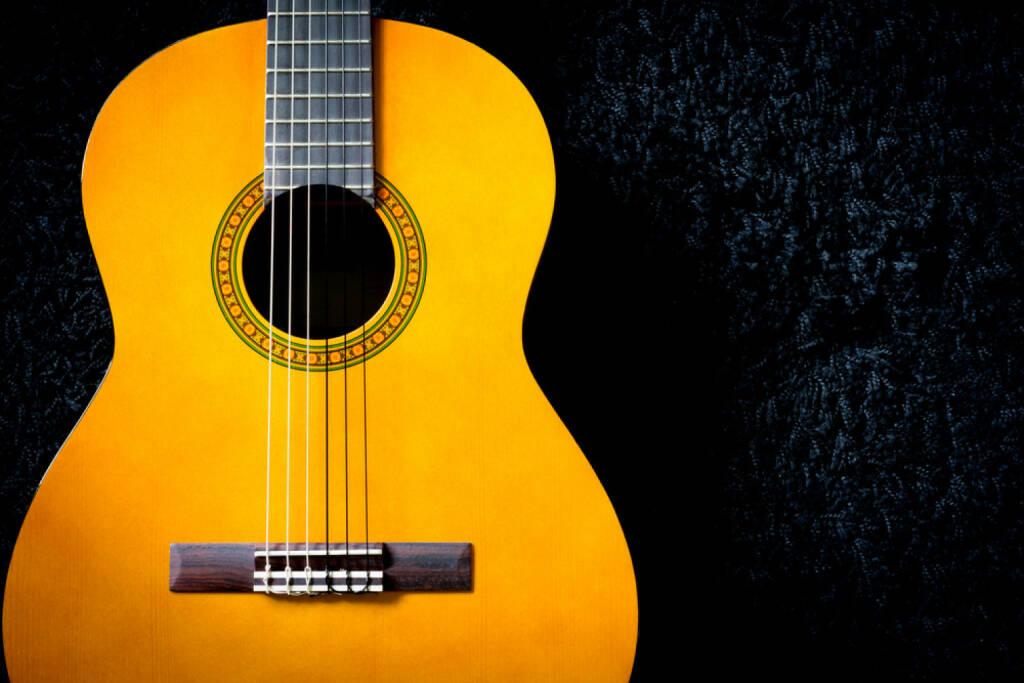 Gitarre, Saite, spielen, Musik, http://www.shutterstock.com/de/pic-197922236/stock-photo-acoustic-guitar-on-black-carpet.html , © www.shutterstock.com (14.07.2014)