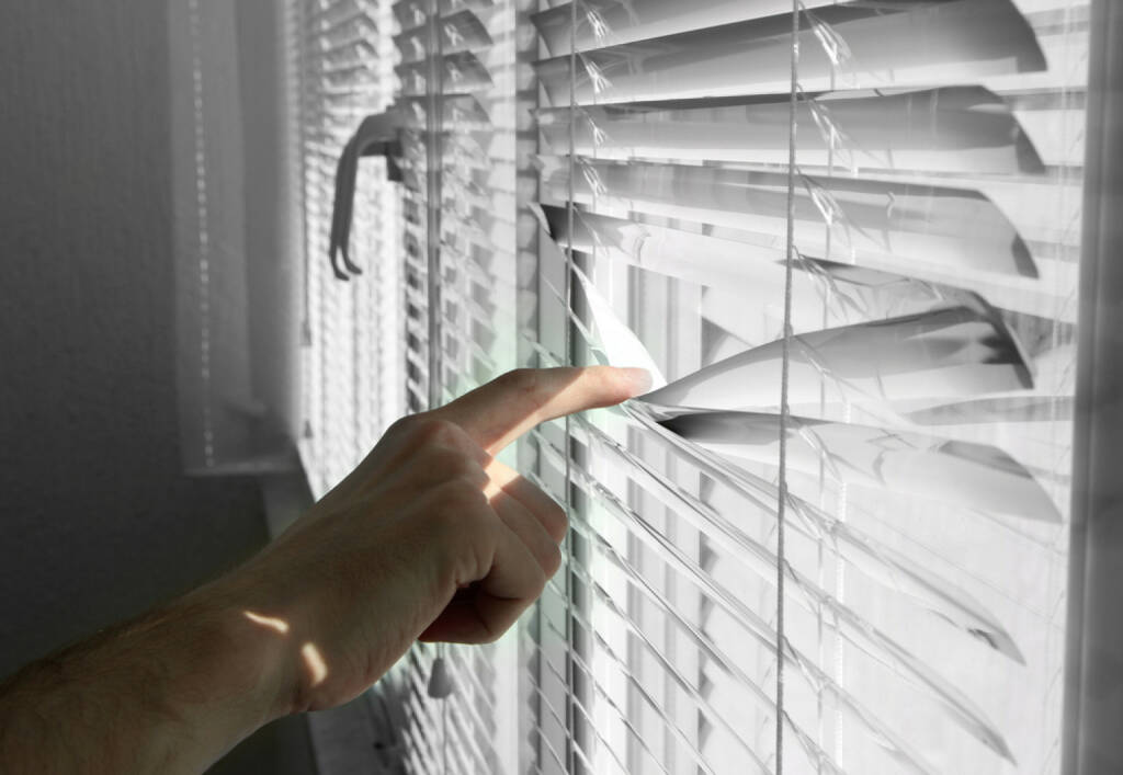 beobachten, geheim, Geheimnis, http://www.shutterstock.com/de/pic-152006867/stock-photo-someone-looking-out-of-window-opening-blinds.html  (14.07.2014)