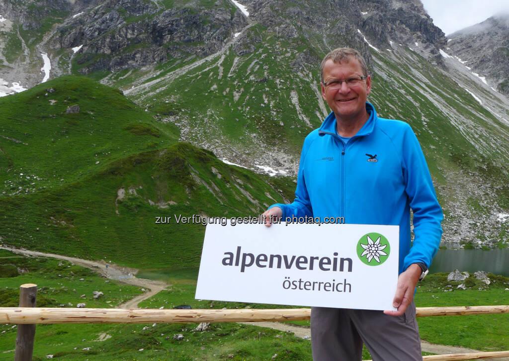 Neues Logo für den Alpenverein: Alpenvereinspräsident Andreas Ermacora stellte das neue Logo Mitte Juli auf der Franz-Fischer-Hütte vor., © Aussender (15.07.2014)