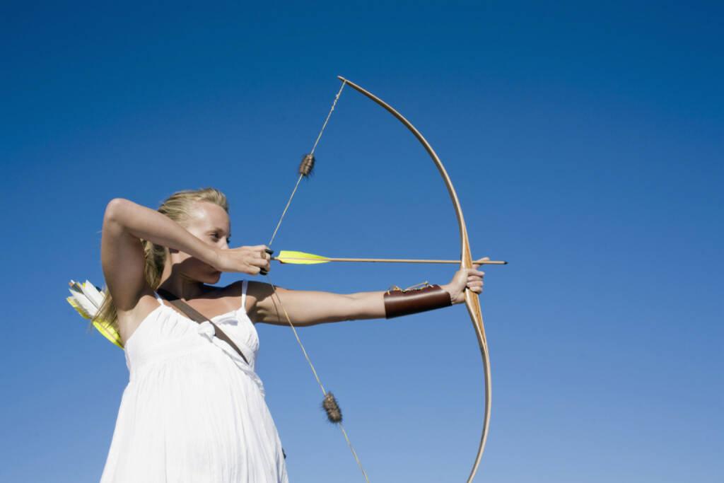 Bogen, Bogenschiessen, gespannt, angespannt, Spannung, straff, Pfeil, Schütze, Treffer, zielen, Amazone, http://www.shutterstock.com/de/pic-185971181/stock-photo-young-woman-arrow-shooting.html , © (www.shutterstock.com) (15.07.2014)