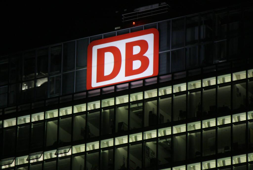 DB, Deutsche Bahn, Nacht, <a href=http://www.shutterstock.com/gallery-320989p1.html?cr=00&pl=edit-00>360b</a> / <a href=http://www.shutterstock.com/?cr=00&pl=edit-00>Shutterstock.com</a> (16.07.2014)