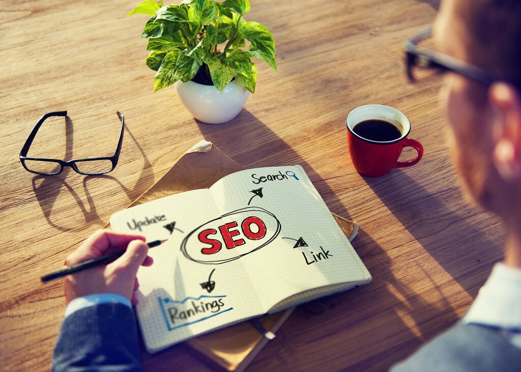 Konzept, SEO, Ranking, Notizen, Search Engine Optimization, http://www.shutterstock.com/de/pic-193745936/stock-photo-hipster-writing-seo-concepts-on-his-note.html (18.07.2014)