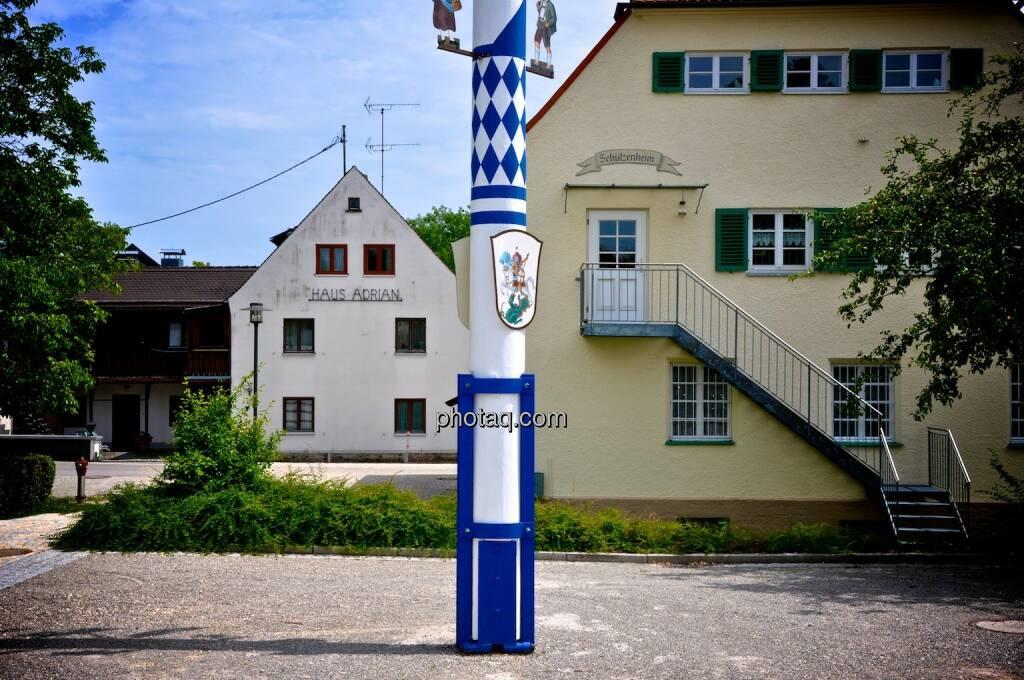 Bayern, blau weiss, Maibaum, © photaq.com (21.07.2014)