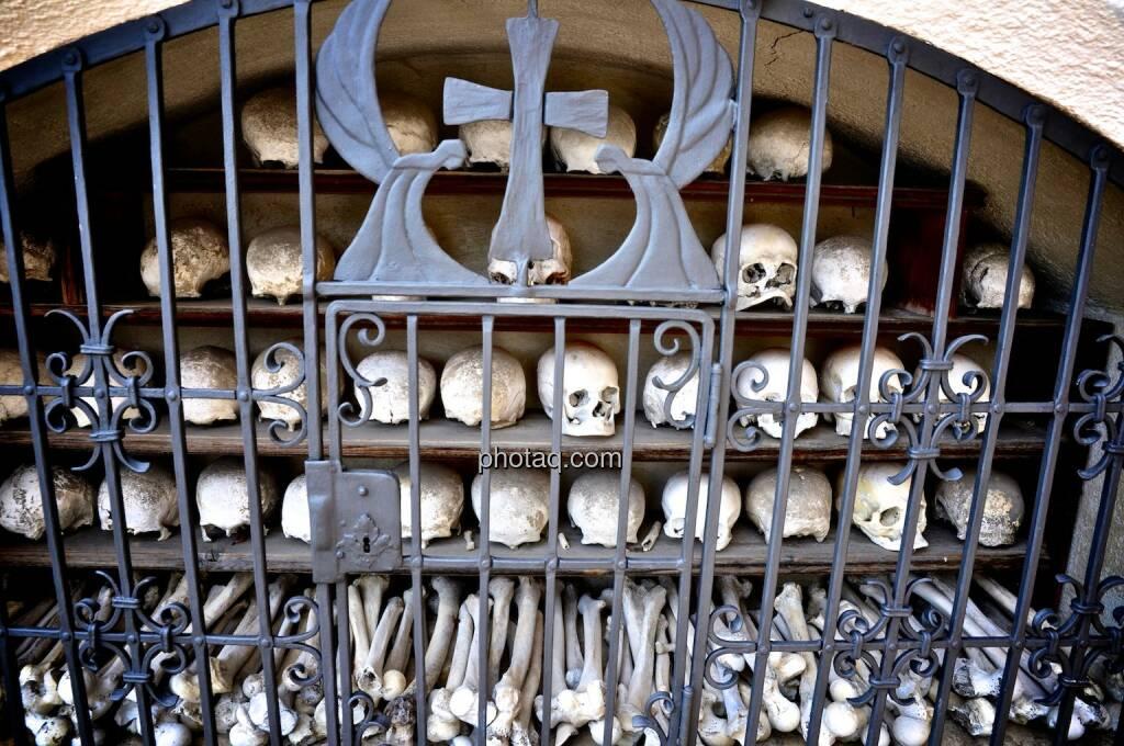 Kreuz, Gebeine, Totenköpfe, © photaq.com (21.07.2014)