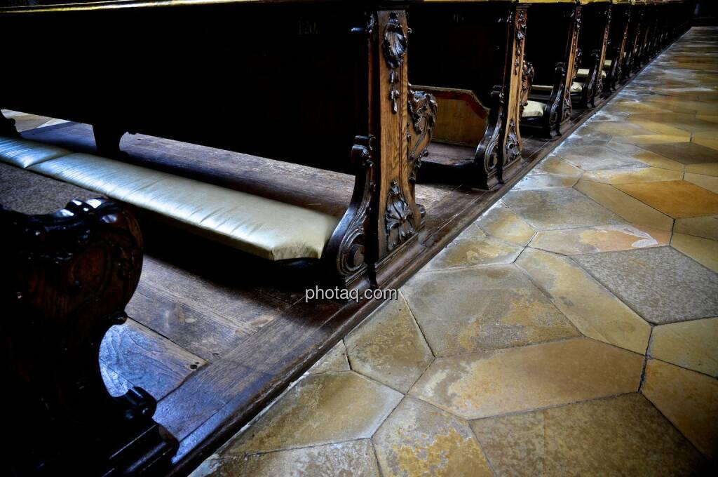 Sitzreihen, Knien, © photaq.com (22.07.2014)