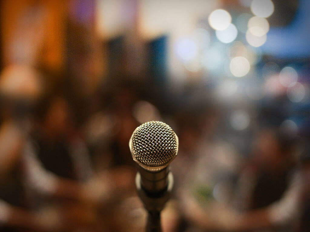 Mikrofon, http://www.shutterstock.com/de/pic-174548207/stock-photo-close-up-of-microphone-in-concert-hall-or-conference-room.html (29.07.2014)