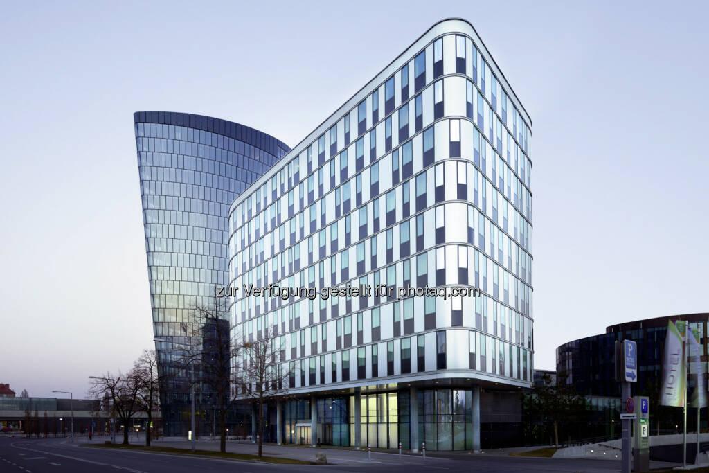 """S Immo: Das Hotel Zwei – seit 2010 im Portfolio der S Immo AG – erhielt vor kurzem eine Green-Building-Zertifizierung von BREEAM. Die Immobilie erreichte den Status """"Exzellent"""". Das Hotel befindet sich im Wiener Stadtteil """"Viertel Zwei"""", wurde von der IC Projektentwicklung entwickelt und wird als Courtyard by Marriott betrieben. Das Vier-Stern-Haus verfügt über 244 Zimmer und sieben Suiten. Vor allem die Nähe zu den Bürogebäuden des Viertel Zwei, zum Wiener Prater, zur Messe Wien und zu der erst kürzlich eröffneten Wirtschaftsuniversität machen das Hotel Zwei für Touristen und Geschäftsreisende attraktiv.  """"Green-Building-Zertifikate für unsere Immobilien unterstreichen sehr schön die nachhaltige Herangehensweise und den hohen Qualitätsanspruch der S IMMO AG. Dass wir ein 'Exzellent' erreichen konnten, macht uns zusätzlich stolz"""", kommentiert Vorstand Friedrich Wachernig., © Aussendung (30.07.2014)"""