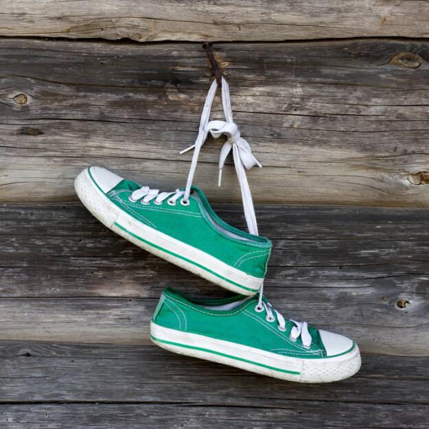 Schuhe, grün, Nagel, an den Nagel hängen, aufhängen, hängen, nageln, http://www.shutterstock.com/de/pic-197268227/stock-photo-pair-of-old-sneakers-hanging-on-the-wall.html  (31.07.2014)