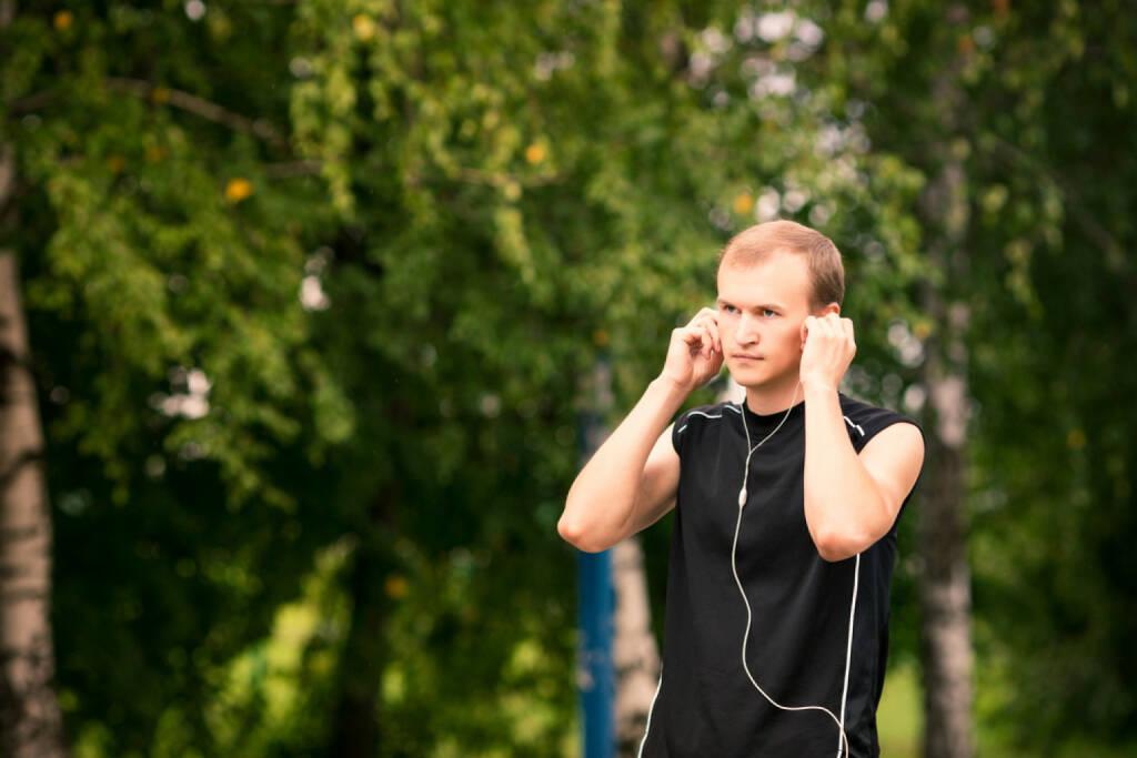 laufen, headphones, Kopfhörer, Musik, hören, Sport, Fitness, app, Laufapp, runplugged, http://www.shutterstock.com/de/pic-148791470/stock-photo-sportive-young-man-runner-jogging-at-great-speed-on-a-road.html get the Runplugged App http://bit.ly/1lbuMA9 , © www.shutterstock.com (01.08.2014)