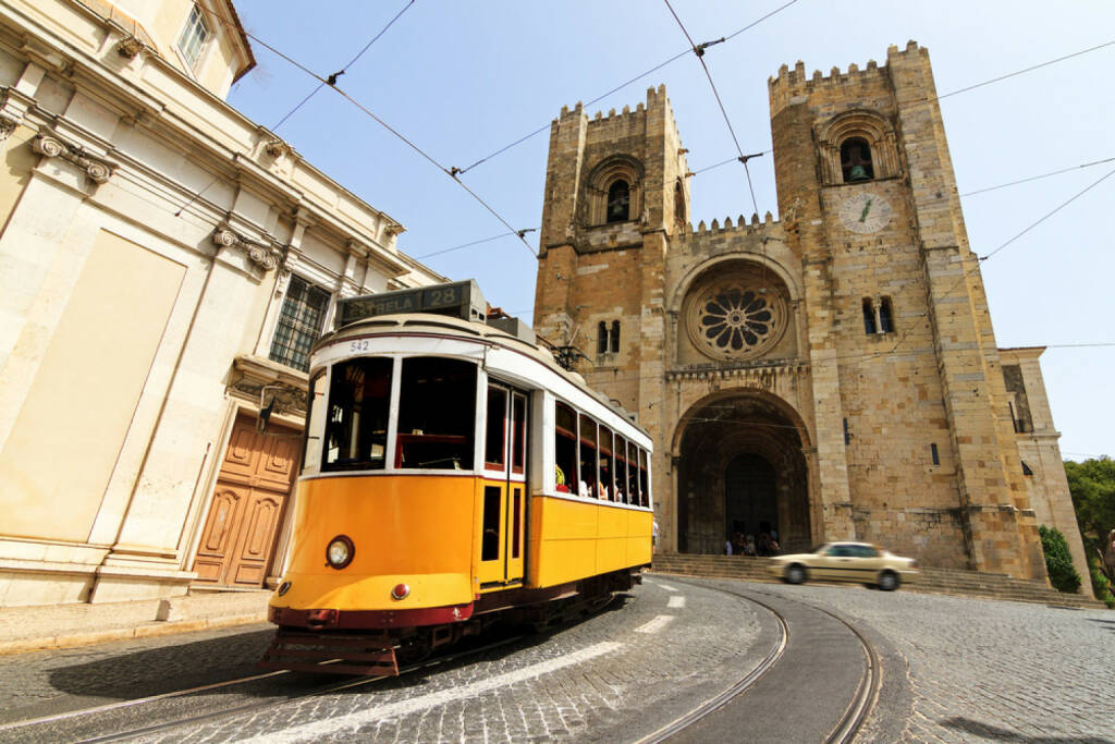 Lissabon, Portugal, Strassenbahn, http://www.shutterstock.com/de/pic-178919399/stock-photo-the-lisbon-cathedral-with-a-traditional-yellow-tram-in-lisbon-portugal.html, © shutterstock.com (04.08.2014)