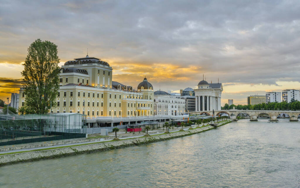 Skopje, Mazedonien, http://www.shutterstock.com/de/pic-141272935/stock-photo-beautiful-sunrise-view-of-museum-stone-bridge-and-vardar-river-in-skopje-macedonia.html , © shutterstock.com (04.08.2014)