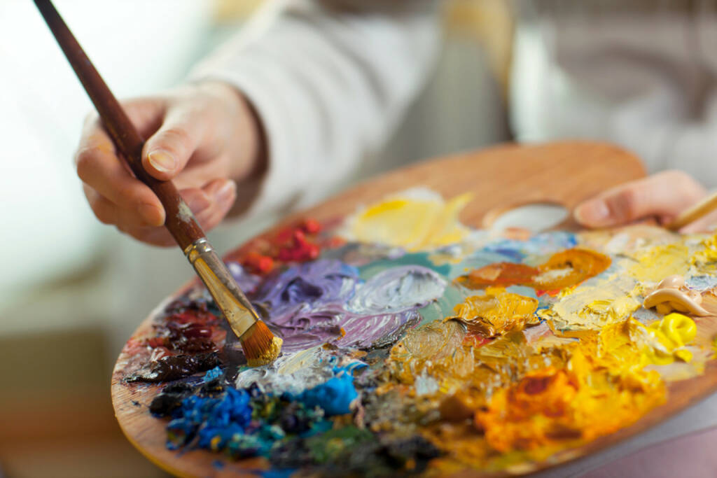 mischen, mixen, Farbe, Palette, Pinsel, malen, bunt, http://www.shutterstock.com/de/pic-132622637/stock-photo-artist-brush-mix-color-oil-painting-on-palette-is-holding-in-his-hand-closeup.html? , © www.shutterstock.com (17.01.2018)
