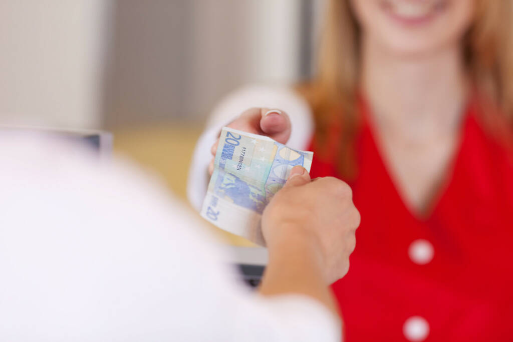 bezahlen, bar, Euro, Bargeld, kaufen, Konsum, einkaufen, http://www.shutterstock.com/de/pic-142786390/stock-photo-closeup-image-of-a-customer-handing-euros-at-the-cash-counter.html, © www.shutterstock.com (10.08.2014)