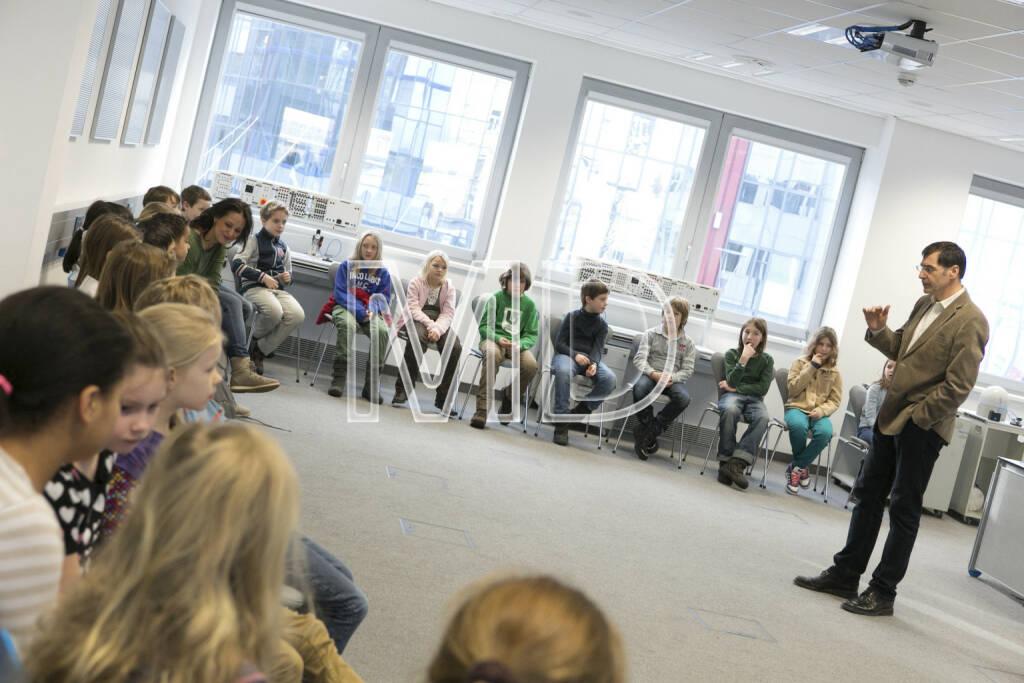 Norbert Berneck (Festo) und die Kinder der VS Lange Gasse und VS Donau City, © Martina Draper für Festo (16.01.2013)