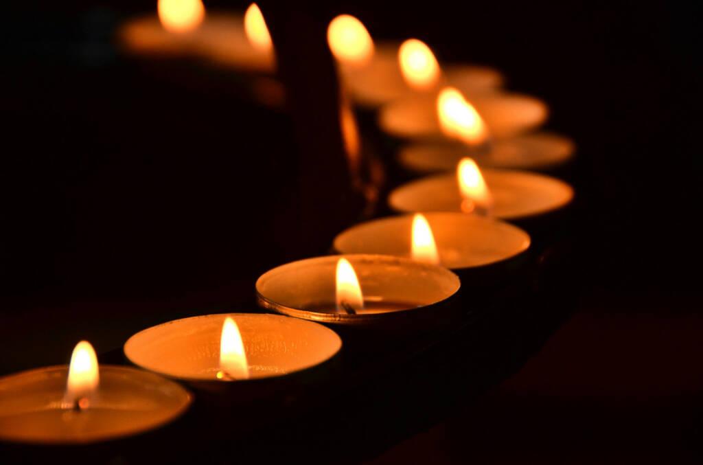 Trauer, Tod, Begräbnis, Kerzen, Schein, Licht, Meditation, brennen, Flamme, Kirche, http://www.shutterstock.com/de/pic-159412325/stock-photo-candles-meditation.html , © (www.shutterstock.com) (13.08.2014)