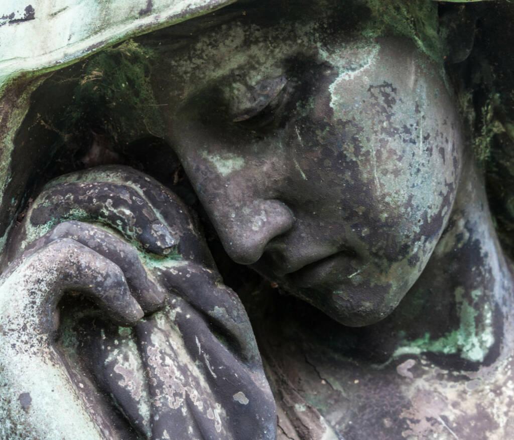 Trauer, Tod, Begräbnis, weinen, Tränen, Statue, Friedhof, http://www.shutterstock.com/de/pic-149246207/stock-photo-detail-of-a-mourning-sculpture-on-a-cemetery.html , © (www.shutterstock.com) (13.08.2014)