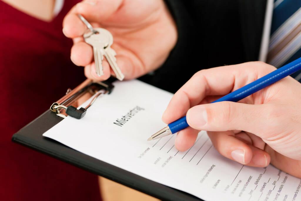 wohnen, mieten, Mietvertrag, Wohnung, http://www.shutterstock.com/de/pic-76312330/stock-photo-rent-an-apartment-signing-tenant-agreement-close-up-on-form.html , © (www.shutterstock.com) (14.08.2014)