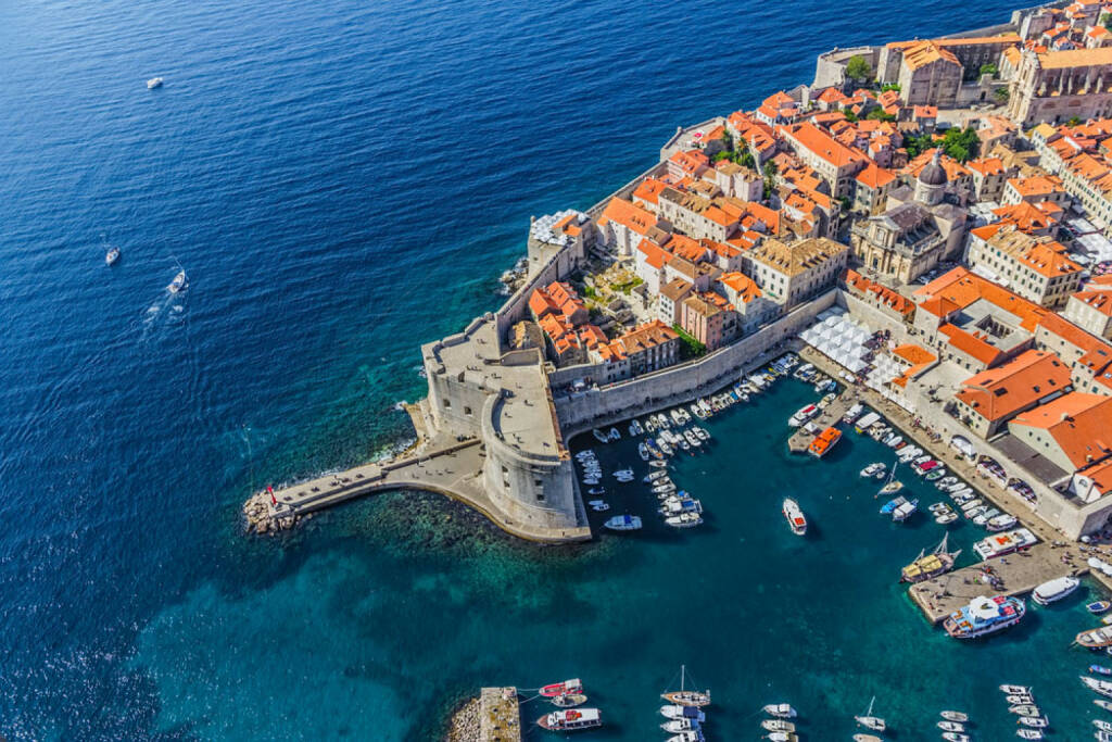 Dubrovnik, Kroatien, http://www.shutterstock.com/de/pic-149631182/stock-photo-aerial-helicopter-shoot-of-dubrovnik-old-town-harbor-and-st-john-fortress.html , © shutterstock.com (15.08.2014)