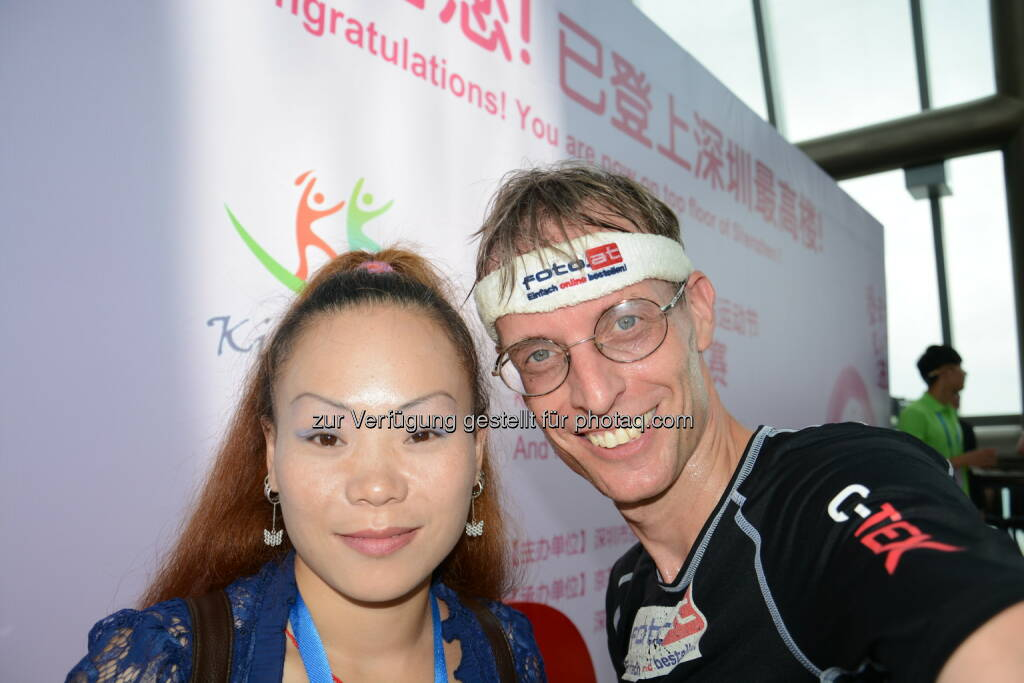 Der Teesdorfer Rolf Majcen (FTC) konnte am 16. August in Shenzhen beim 3.- längsten Treppenlauf der Welt auf den 445 Meter hohen Kingkey 100 auf Platz 3 laufen. Rolf Majcen benötigte für die 2545 Stufen im 10.höchsten Gebäude der Welt 15,47 Minuten. Im Stiegenhaus war es sehr heiß, doch die Struktur der Treppen im Kingkey 100 kam mir sehr entgegen. Ich freue mich sehr über diesen Erfolg., so Rolf Majcen. Für Majcen war es im 96. Treppenlauf seiner Karriere das 44. Top-3 Ergebnis. Info: http://www.shenzhenparty.com/events/shenzhen/2014-kingkey-100-international-tower-running-Event, © Aussendung (16.08.2014)