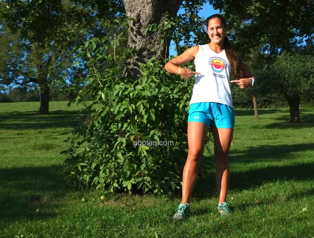 Monika Kalbacher zeigt das neue Runplugged-Shirt (18.08.2014)