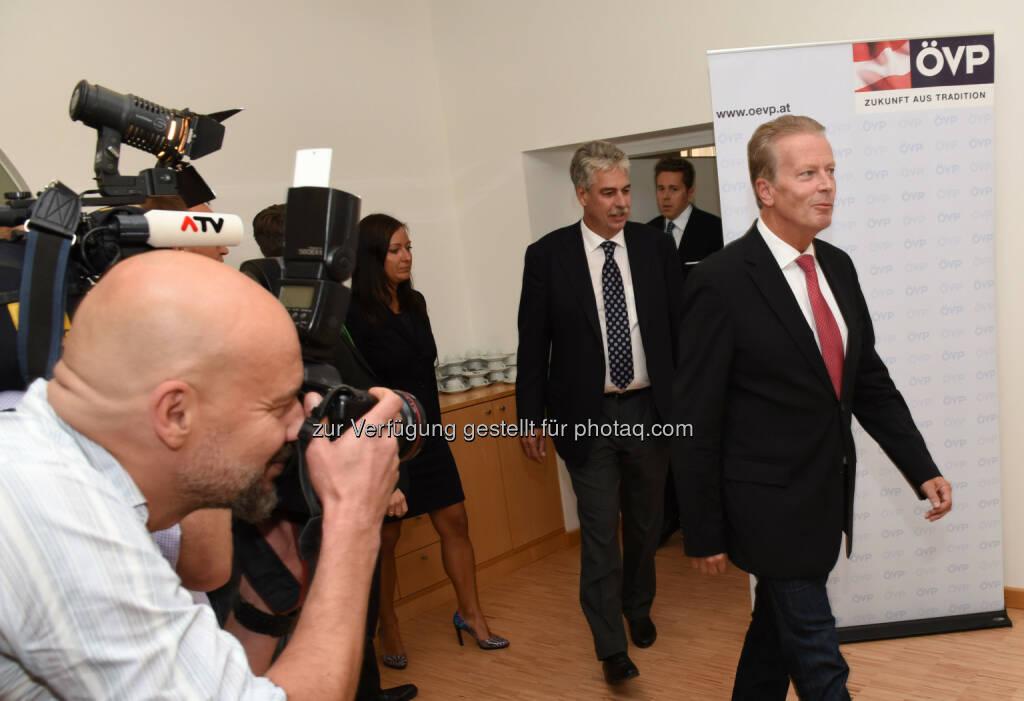 Reinhold Mitterlehner gefolgt von Hans Jörg Schelling und Harald Mahrer (Bild: ÖVP/Andreas Röbl) (31.08.2014)