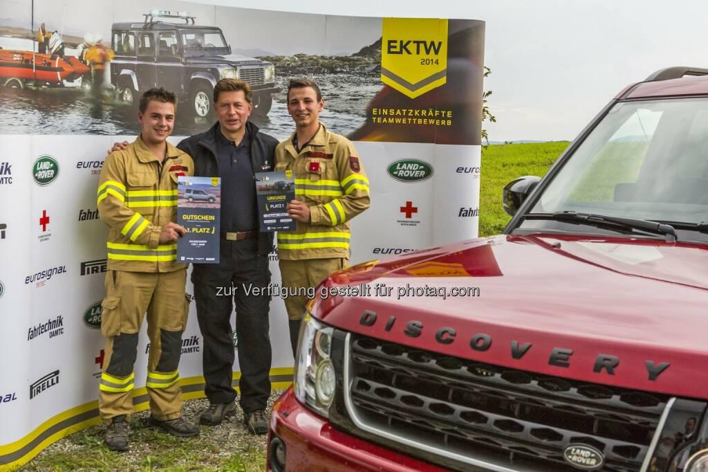 Platz 1: Erster Platz mit Gratulant Georg Staudinger, Sales Director Land Rover Austria und Fahrzeug-Preis: Gewinner Einsatzkräfte Teamwettbewerb 2014 - Ampass/Tirol, © Aussendung (01.09.2014)