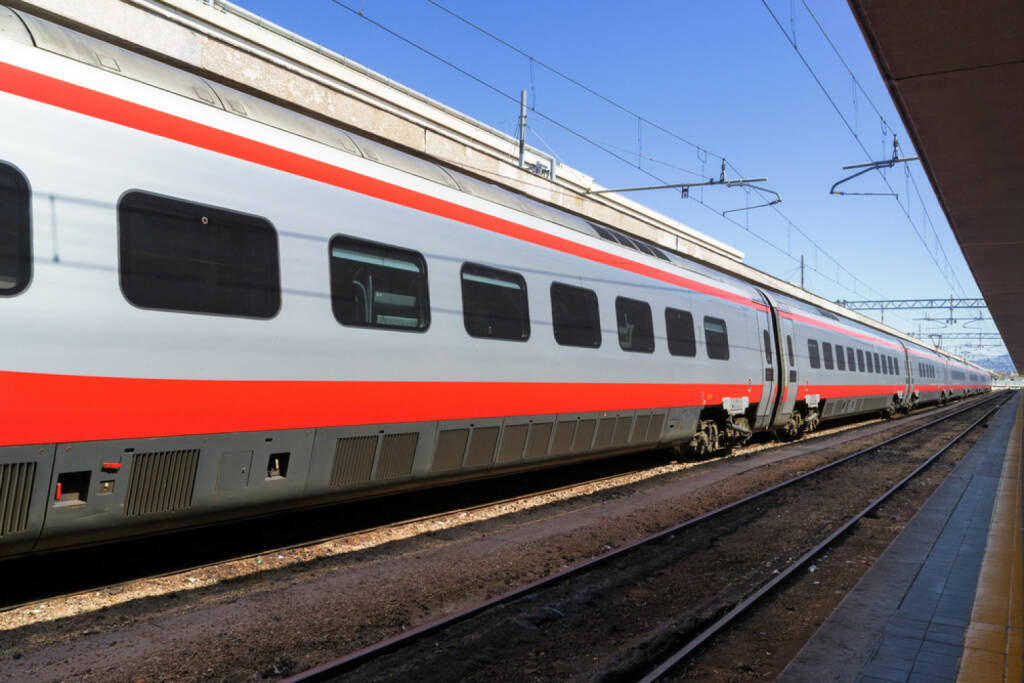 Bahn, Eisenbahn, Bahnhof, http://www.shutterstock.com/de/pic-134872829/stock-photo-train-at-the-platform-in-railway-station.html, © (www.shutterstock.com) (02.09.2014)