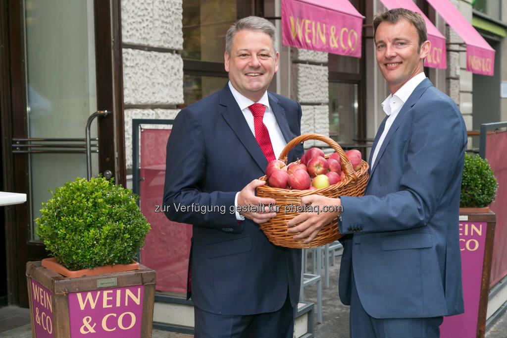Landwirtschaftsminister Andrä Rupprechter, Wein & Co GF Florian Grösswang  - Landwirtschaftsminister Rupprechter unterstützt Wein & Co bei gratis Apfel Aktion (Bild: Wein & Co/APA-Fotoservice/Schedl) (04.09.2014)
