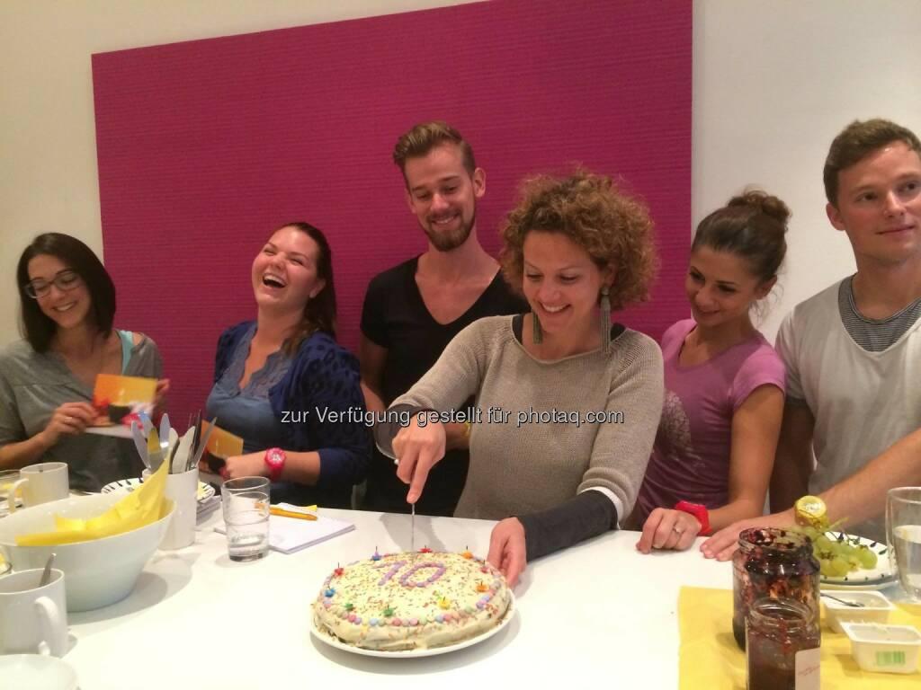 Yes! Ambuzzador ist 10 - Sabine Hoffmann schneidet die Torte an, © Aussender (10.09.2014)