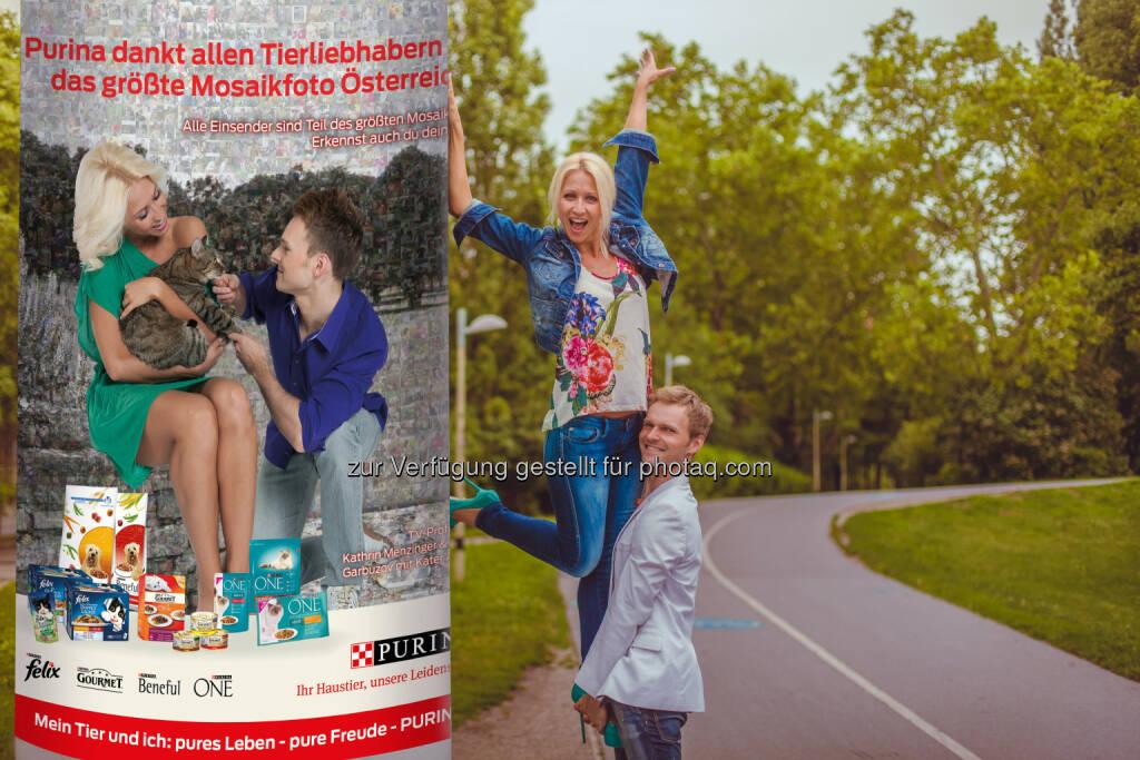 TV Profitänzer und Tierliebhaber Vadim Garbuzov und Kathrin Menzinger präsentieren die erste Litfaßsäule mit einem Teil des größten Mosaikfotos Österreichs - Rekord: 3.000 Hunde- und Katzenfotos auf Purinas Litfaßsäulen, © Aussender (10.09.2014)