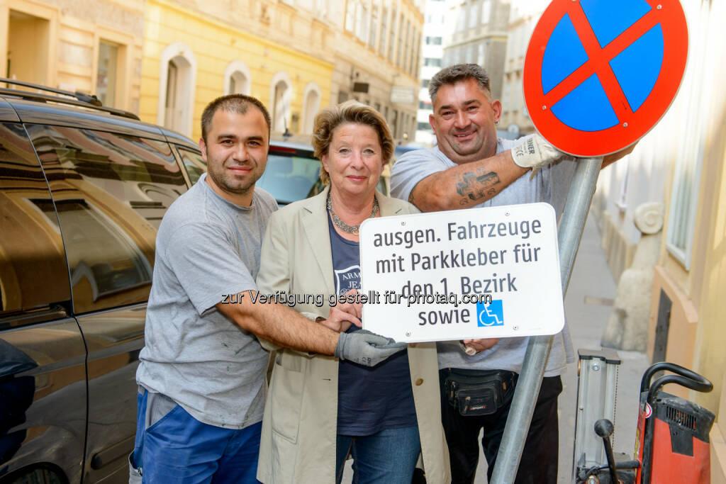 Bezirksvorsteherin Ursula Stenzel mit den beiden Arbeitern Hasan Aklan (links) und Milos Milivoievic (rechts)t: Erstmals cirka 699 Bewohnerparkplätze in der Inneren Stadt, © Aussender (10.09.2014)
