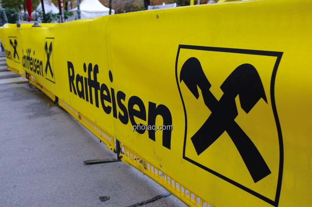 Raiffeisen, Bande, © photaq.com (14.09.2014)