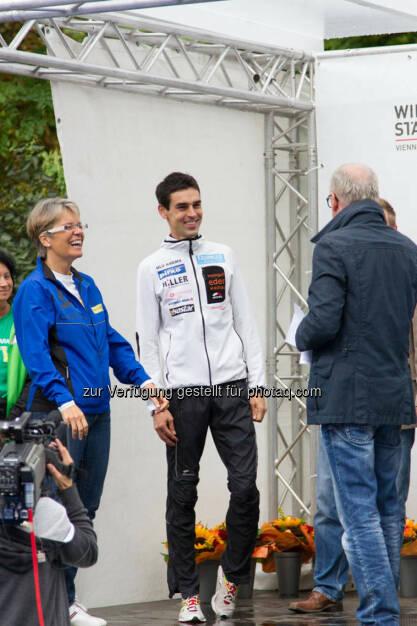 Landesrätin Petra Bohuslav und Wolfgang Hiller, Sieger Viertelmarathon Herren, Wachau Marathon 2014, © Milena Ioveva  (14.09.2014)