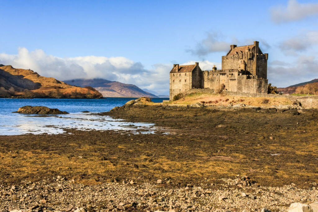 Schottland, Highlands, Schloss, http://www.shutterstock.com/de/pic-177179033/stock-photo-sun-shining-on-eilean-donan-castle-in-the-scottish-highlands.html, © shutterstock.com (22.09.2014)