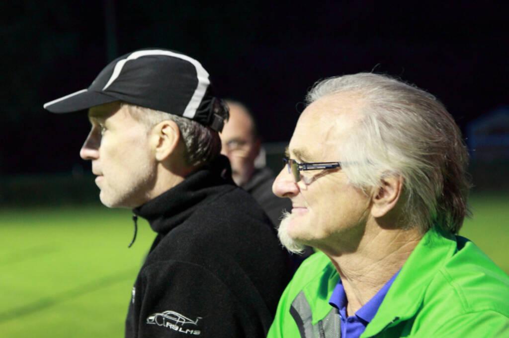 Christian Drastil, Franz Reuter beobachten das 2:0 des SV Alland (in Runplugged-Dressen) gegen Berndorf (27.09.2014)