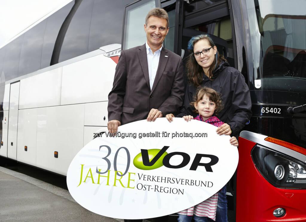 VOR-Geschäftsführer Wolfgang Schroll mit SOS-Kinderdorf-Mutter und Kind aus WienVerkehrsverbund Ost-Region (VOR) GmbH: VORfahrt für 50 Kinder des SOS-Kinderdorf, © Aussender (27.09.2014)