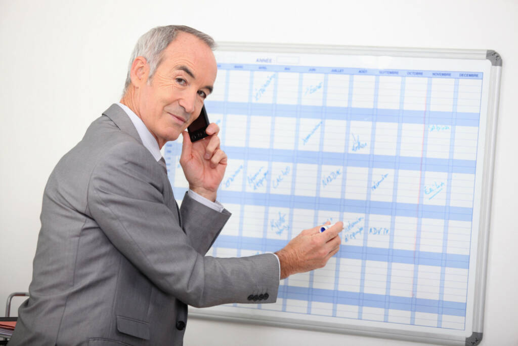 Wandkalender, Kalender, Jahresplaner, Planung, Datum, Mann, Telefon, telefonieren, http://www.shutterstock.com/de/pic-91304765/stock-photo-mature-businessman-writing-on-a-wall-planner.html, © www.shutterstock.com (18.03.2018)