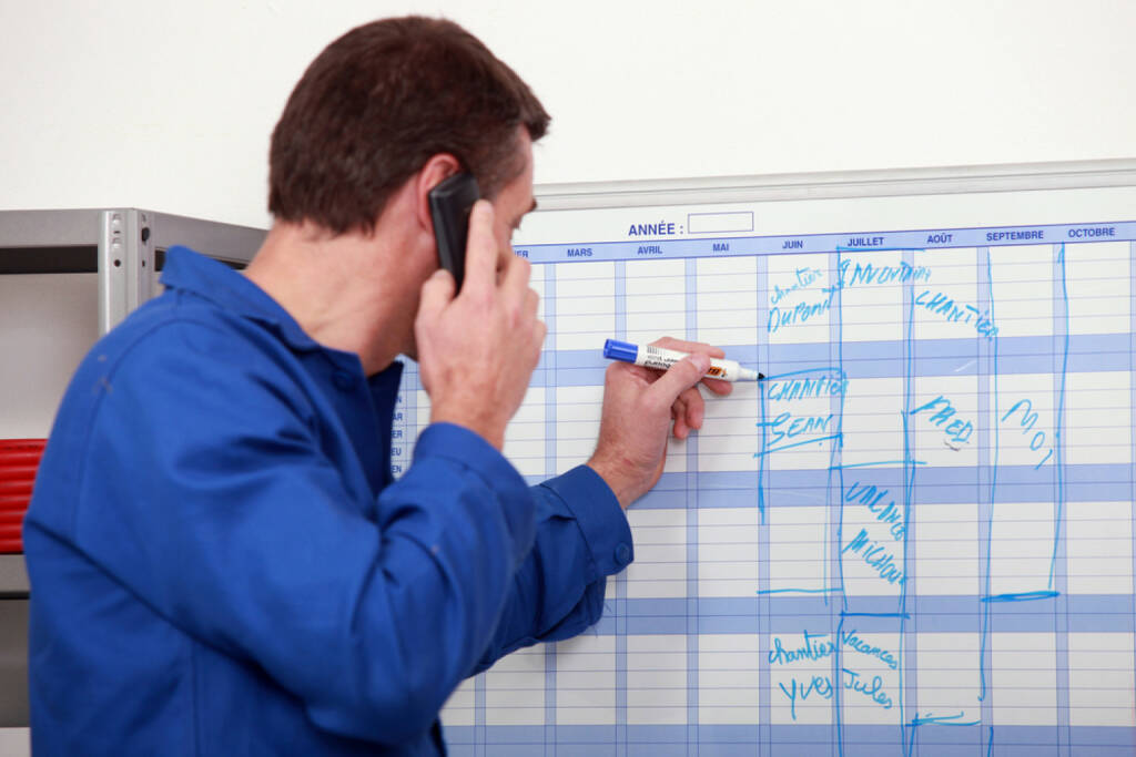 Wandkalender, Kalender, Jahresplaner, Planung, Datum, http://www.shutterstock.com/de/pic-111505160/stock-photo-man-in-blue-overalls-talking-on-the-phone-and-writing-on-a-board.html, © www.shutterstock.com (17.01.2018)