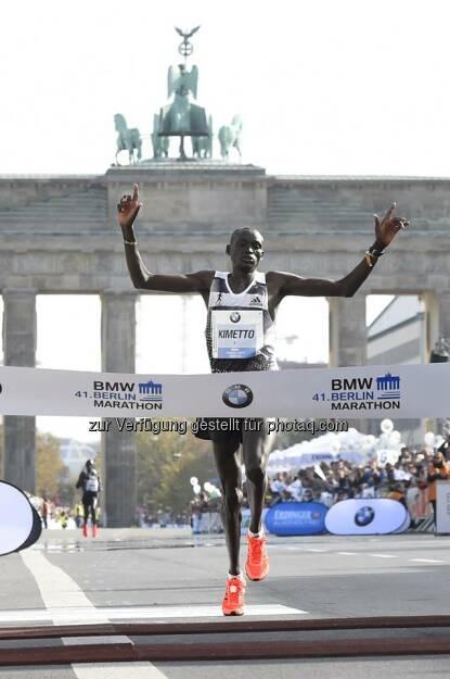 Auf Continental Sohlen zum #Weltrekord: Gestern verbesserte der Kenianer Dennis Kimetto beim BERLIN-MARATHON den Weltrekord auf 2:02:57 Stunden. http://bit.ly/1ry7KrR  Source: http://facebook.com/Continental.Reifen, © Aussender (29.09.2014)