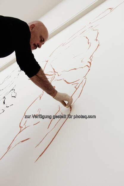 Hannes Mlenek bei der Arbeit an seiner Installation Seismogramm der Erregung: Leopold Museum im MQ: Lange Nacht im Leopold Museum: Meisterzeichnungen, Visual-Art und Kunstbuch-Sale, © Aussendung (01.10.2014)