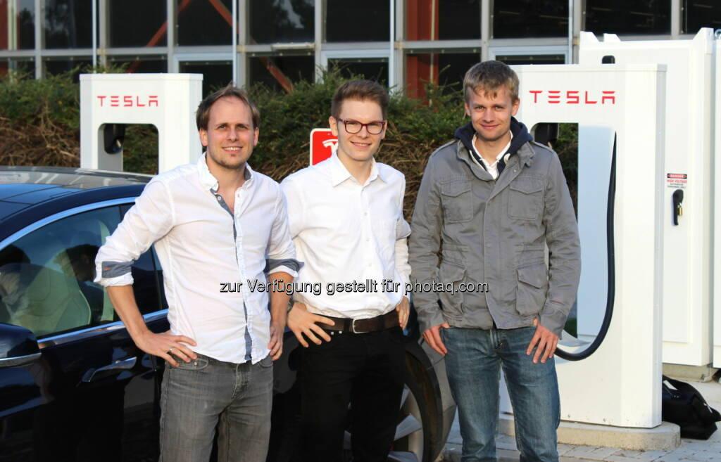 Bernhard Adler, ECOP Technologies, Wolfgang Deutschmann, Green Rocket, Sebastian Riepl, ECOP Technologies - Green Rocket besuchte die teilnehmenden Startups mit einem Tesla Model S, Österreich wählt Sieger des Green Business Award 2014 (Bild: Green Rocket) (02.10.2014)