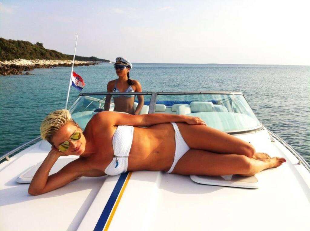 Sonne - Tristylerinnen Elisabeth Niedereder und Annabelle Mary Konczer beim Sightseeing mit dem Speedboat, © Diverse  (04.10.2014)