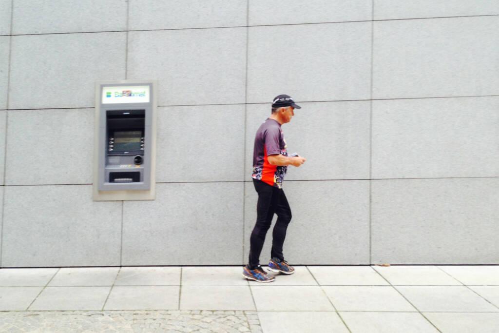 Bankomat, Geld, abheben, laufen, Läufer, © diverse Handypics mit freundlicher Genehmigung von photaq.com-Freunden (05.10.2014)